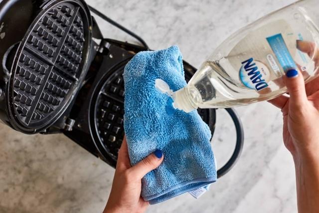 Как отмыть и очистить вафельницу от нагара?